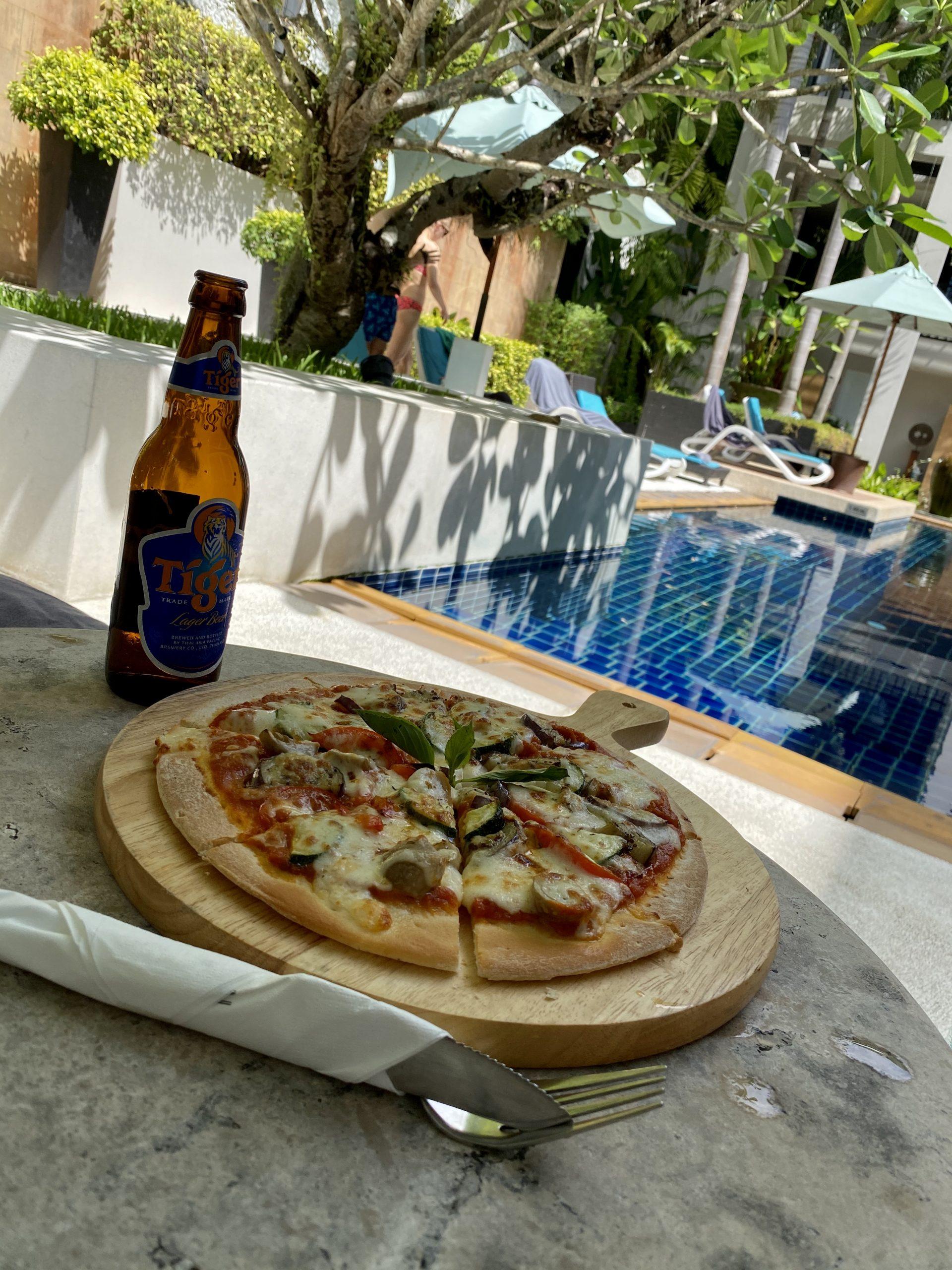 Pizza vid poolen på Manathai Surin