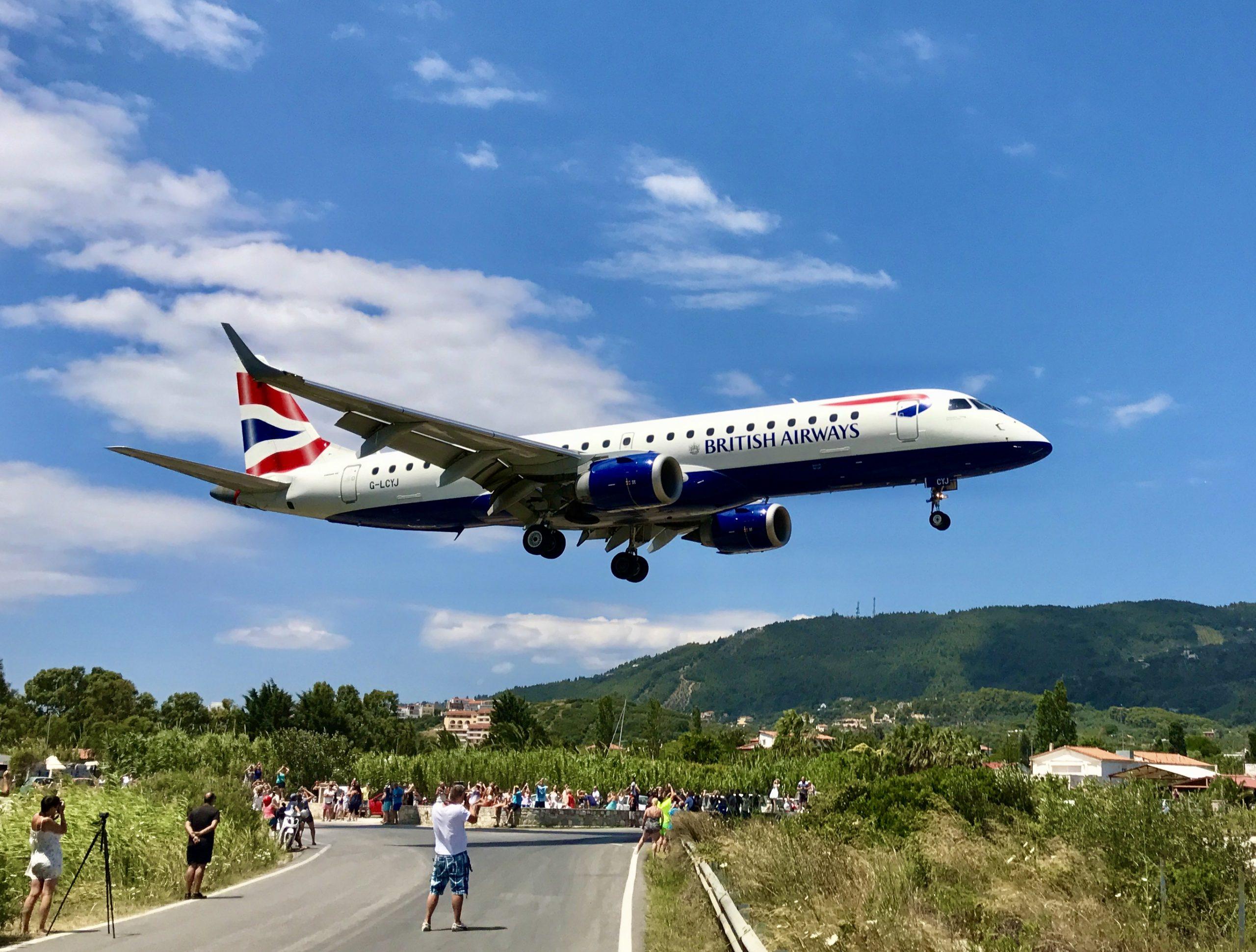 Bilden visar flightspotting på Skiathos. Ett flygplan från British airways går ner för landning på Skiathos airport