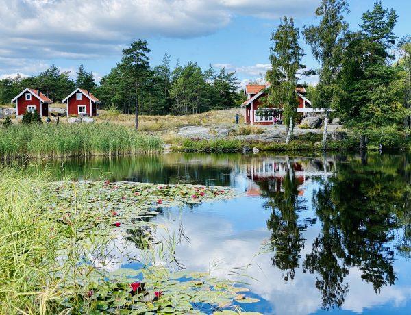 Harstena Gryts Skärgård Näckrossjön med bageriet i bakgrunden